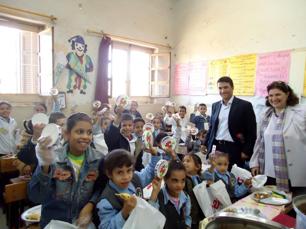 Distribution complémentaire de fromage Bel à l'école de KOM ESFAHT, en présence de Tayeb Mouhcine, directeur de Bel Egypte