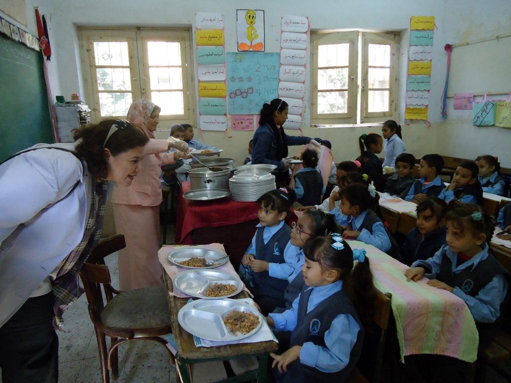 Distribution d'un repas chaud à l'école de KOM ESFAHT
